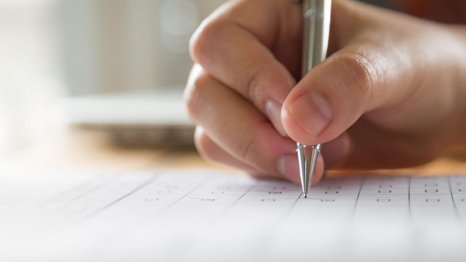Une personne qui remplie un formulaire pour composer son séjour à la carte
